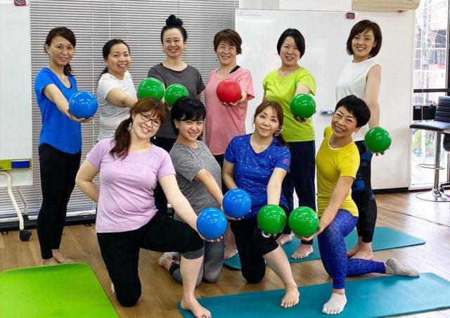 表参道でのレッスンで、準備体操兼ウエストのくびれをつくる運動の解説